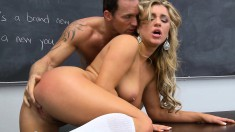 Bodacious Teen Has A Hung Guy Licking And Fucking Her Peach In Class
